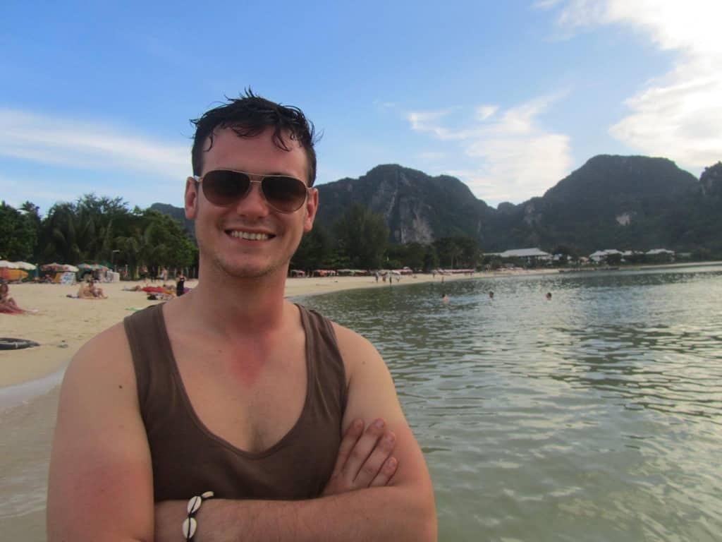 Un yo mucho más joven todo sonríe después de mi primer buceo en Tailandia